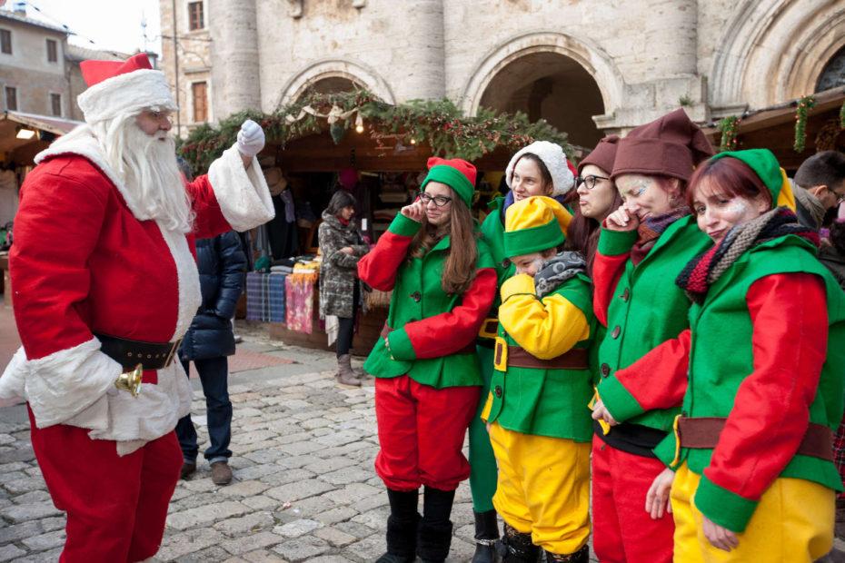 Babbo Natale E Gli Elfi.A Montepulciano Arrivano Gli Elfi E Babbo Natale Siena News