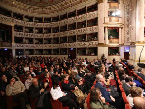 A Siena l'azzardo si previene a colpi di teatro