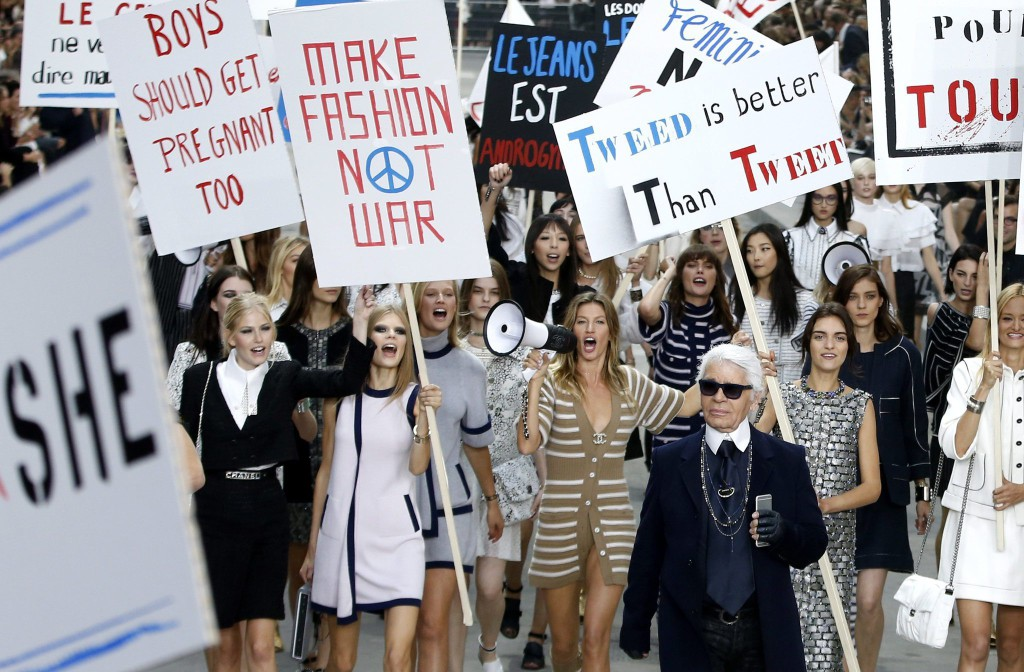 epa04424073 German designer Karl Lagerfeld (R), Brazilian model Gisele Bundchen (back C) and models take to the catwalk after presenting the Spring/Summer 2015 Ready to Wear collection for Chanel during the Paris Fashion Week, in Paris, France, 30 September 2014. The presentation of the Women's collections runs from 23 September to 01 October. EPA/CHRISTOPHE KARABA ** Usable by LA, CT and MoD ONLY **