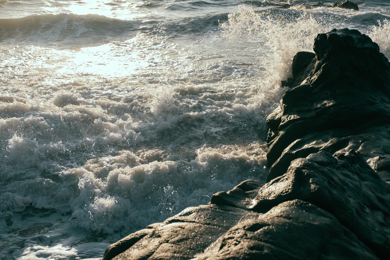 Sono una barca senza ormeggi Un marinaio naufragato Un cuore nella tempesta