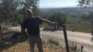 Paolo Basilio Carta indica la vicinanza della sua azienda alla Strada Lauretana